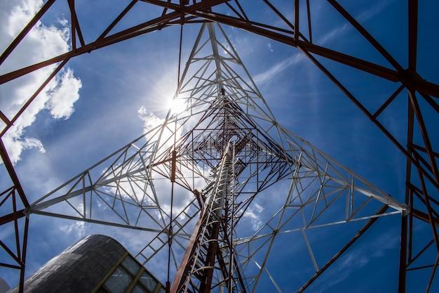 Communicatie toren met blauwe hemelachtergrond