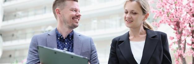 Communicatie tussen zakenvrouw en zakenman en studie van bedrijfsrapportage