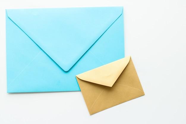 Communicatienieuwsbrief en bedrijfsconceptenveloppen op marmeren oppervlaktebericht