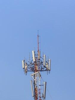 Communicatiepost op blauwe hemel