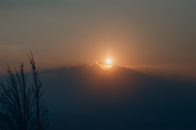 Como, italië. zonsondergang over de heuvels.