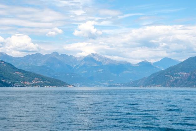 Comomeer met bergen en bewolkte hemel