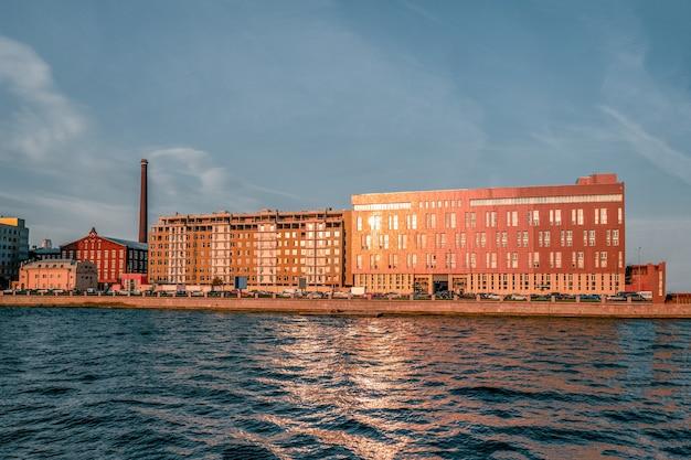 Compacte constructie van gebouwen. aan de kade in st. petersburg wordt een kantoorgebouw gebouwd. rusland.