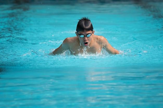 Competitieve mannelijke zwemmer.