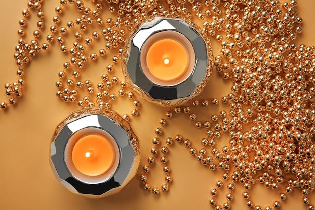Compositie met brandende kaarsen en kralen