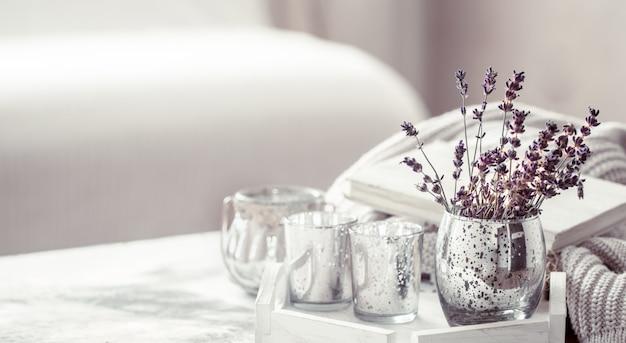Compositie met lavendel in een glas