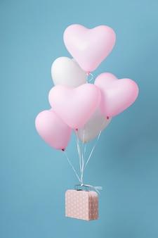 Compositie met schattige hartballonnen in een doos