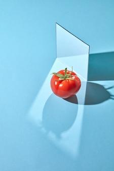 Compositie uit een spiegel en een rijpe tomaat