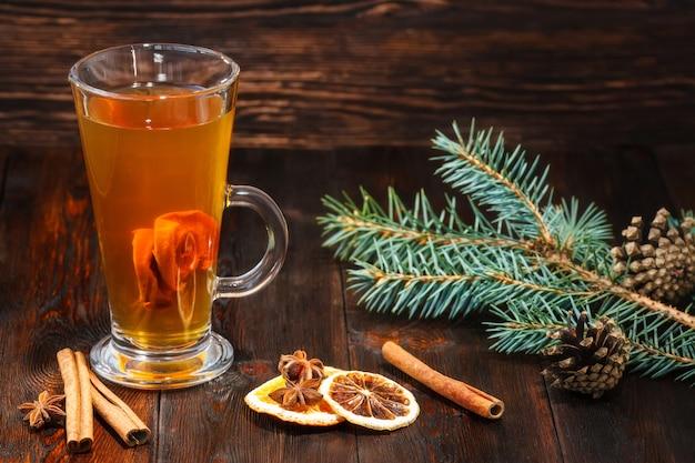 Compote van gedroogde vruchten met ingridients op rustiek hout