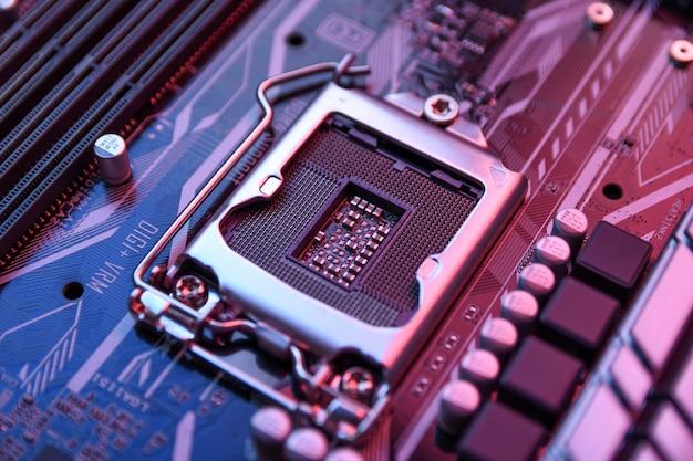 Computer centrale processor aansluiting op moederbord en elektronische componenten cpu gpu geheugen en verschillende aansluitingen voor videokaart close up
