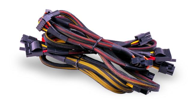 Computer communicatie kabels op wit worden geïsoleerd dat
