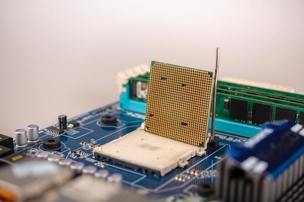 Computer cpu close-up op het moederbord, aansluiting van centrale proceseenheid