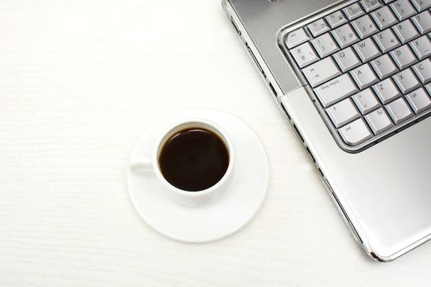 Computer en koffie in de kantoortafel