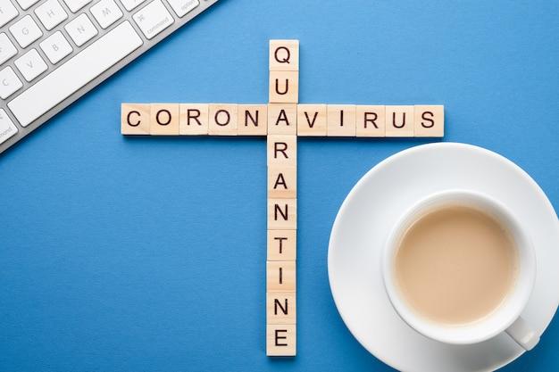 Computer en koffie op de tafel. medische kruiswoordraadsel op tafel. werk tijdens quarantaine.