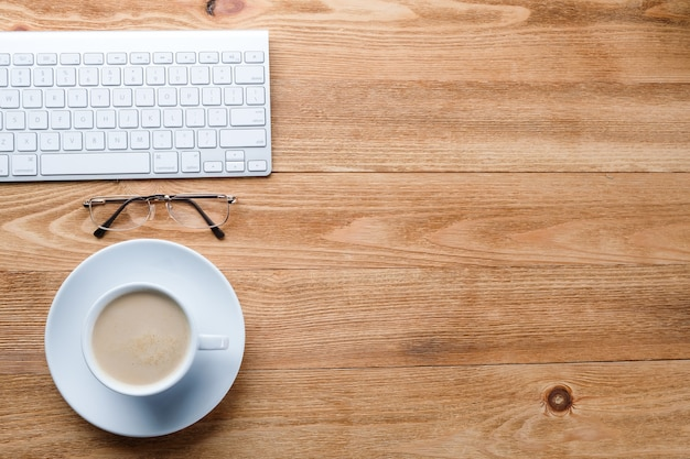 Computer en koffie op een houten tafel