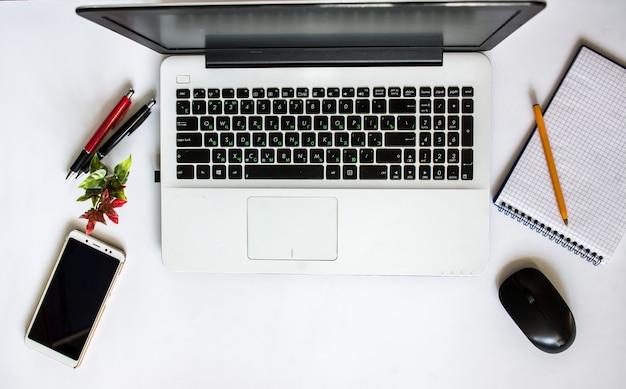 Computer en mobiele telefoon, werkruimte desktop bovenaanzicht