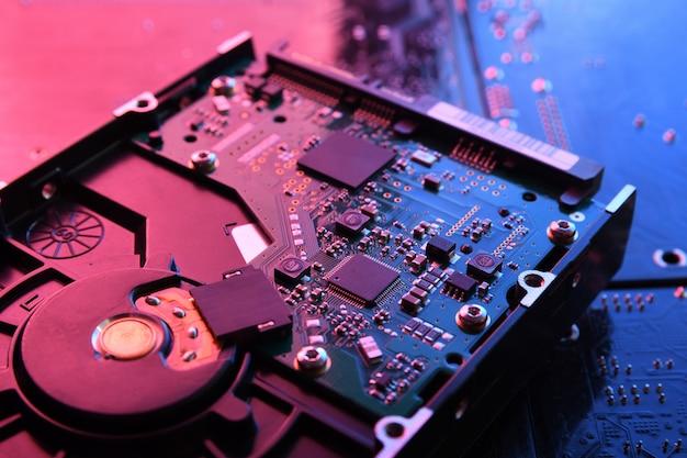 Computer harde schijven hdd, ssd op printplaat, moederbord. detailopname. met rood-blauwe verlichting