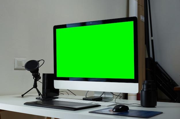 Computer in een fotostudio retoucheert