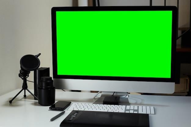 Computer in een videobewerkingsruimte