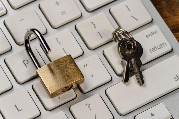 Computer / internet veiligheidsconcept met een hangslot op een toetsenbord