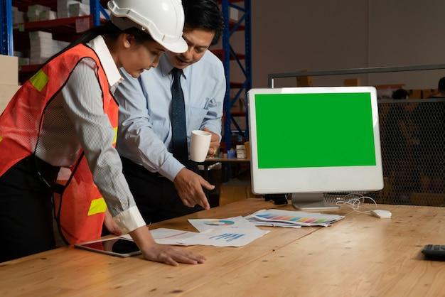 Computer met groen scherm in magazijn opslagruimte
