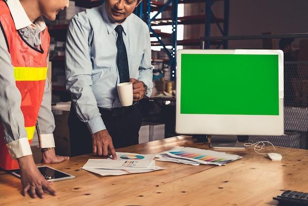 Computer met groen scherm in magazijn