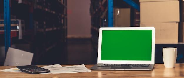 Computer met groen scherm in magazijnopslag