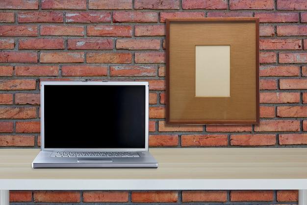 Computer met zwart scherm op kantoor tafel