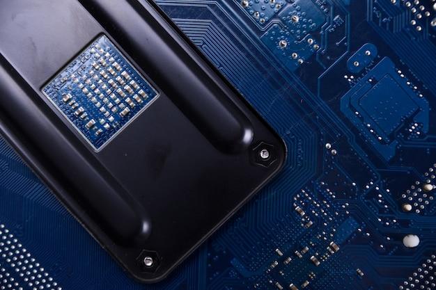 Computer moederbord achtergrond en elektronische componenten cpu gpu geheugen en verschillende sockets voor videokaart close-up