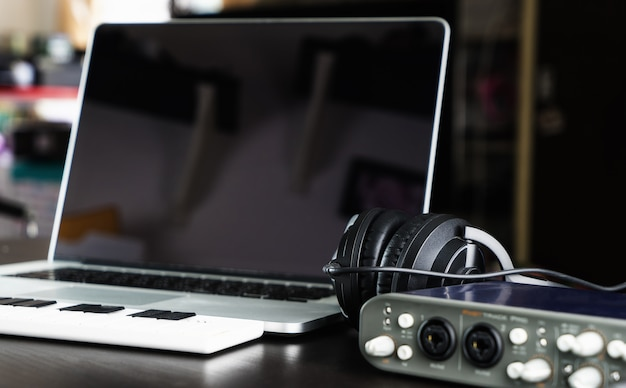 Computer muziek startpagina opstelling opnameapparatuur studio
