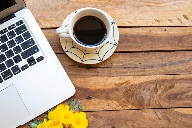 Computer notebook voor zakelijk werk met hete koffie