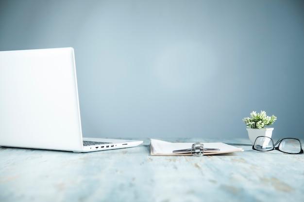 Computer op de achtergrond van het bureau