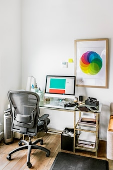 Computer op een houten tafel in een thuiskantoor
