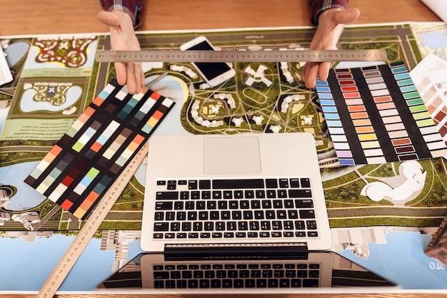 Computer op het bureaublad van de ontwerper.