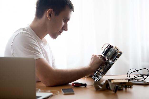 Computer technicus repareren van moederbord
