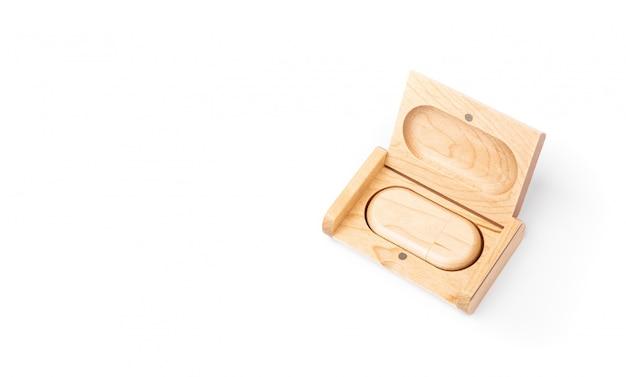 Computer usb flash drive in een houten kist en een houten geschenkdoos. stijlvol eco-souvenir op kantoor. geïsoleerd