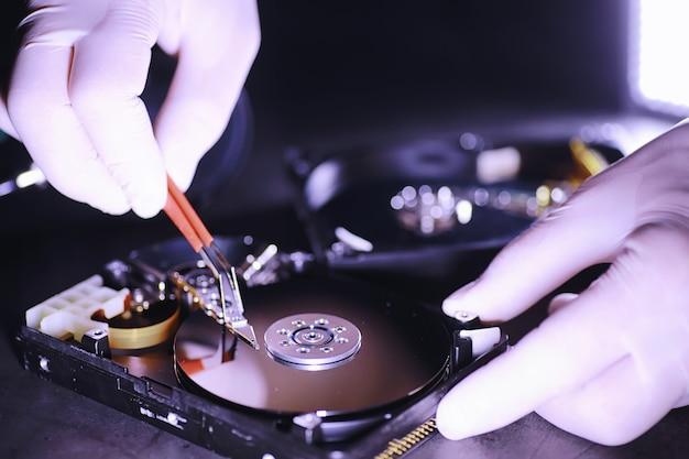 Computerapparatuur. reparatie van pc-componenten. harde schijf voor restauratie in de werkplaats. winchester-virusherstel.