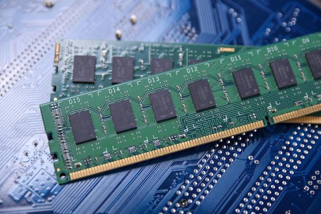 Computergeheugen ram op moederbord. detailopname. systeem, hoofdgeheugen, willekeurig toegankelijk geheugen, boord, computerdetail. computer onderdelen . ddr3. ddr4. ddr5