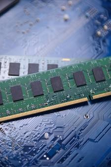 Computergeheugen ram op moederbordachtergrond. detailopname. systeem, hoofdgeheugen, willekeurig toegankelijk geheugen, aan boord, computerdetails. computer onderdelen . ddr3. ddr4. ddr5