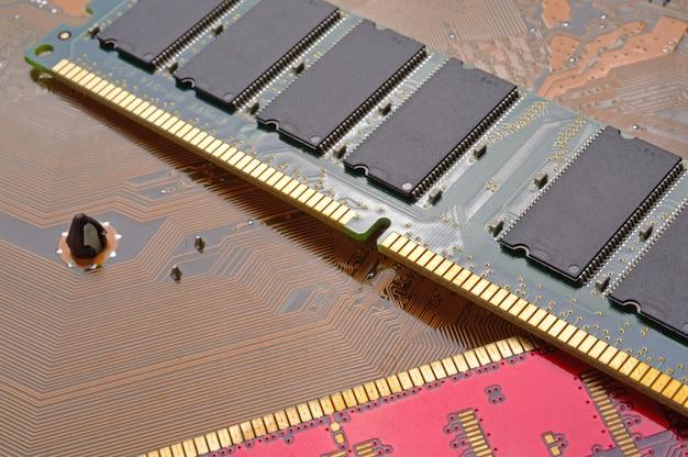 Computergeheugenchips liggen op het moederbord