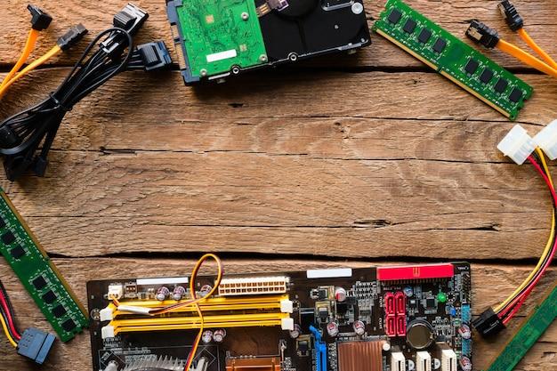 Computerhardware op een houten model als achtergrond