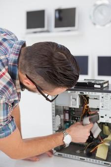 Computeringenieur die aan gebroken console in zijn bureau werken