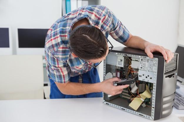 Computeringenieur die aan gebroken console werken