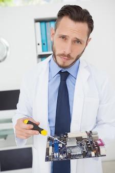 Computeringenieur die aan gebroken cpu werken