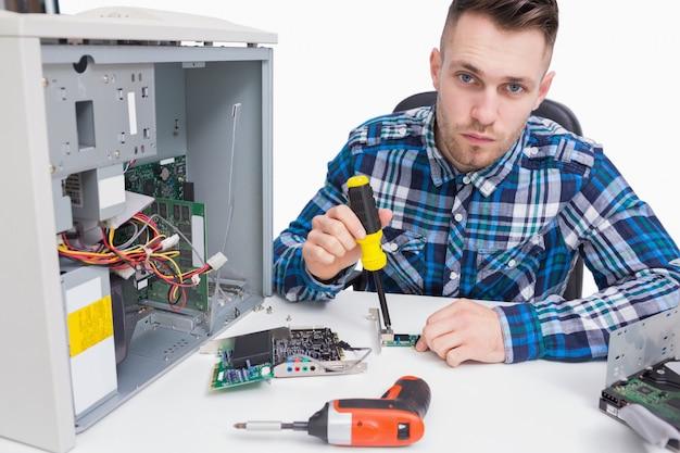 Computeringenieur die cpu herstelt