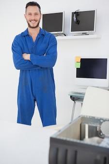 Computeringenieur die en zich bij camera bevinden glimlachen