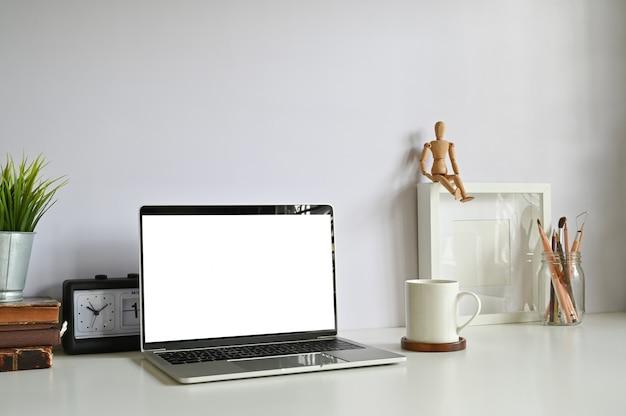 Computerlaptop met leeg scherm op werkruimte