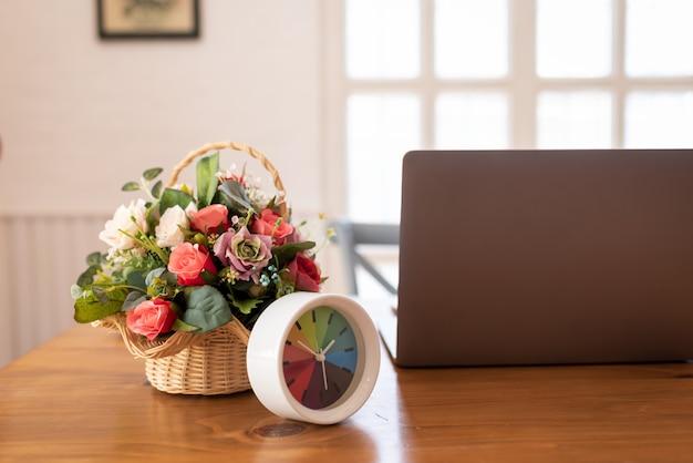 Computerlaptop op tafel in co-working, moderne kamer