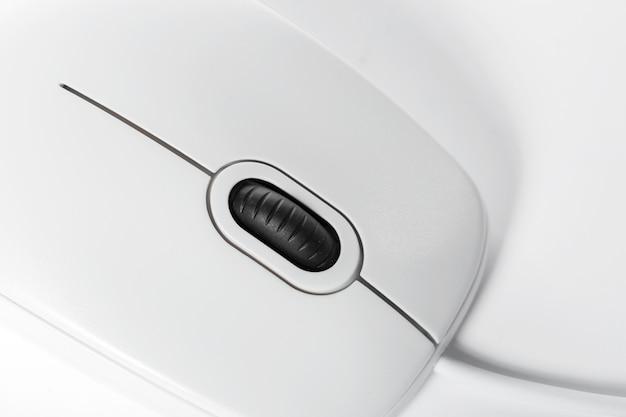 Computermuis op de witte achtergrond wordt geïsoleerd die