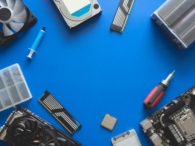 Computeronderdelen met harde schijf, ram, cpu, grafische kaart en moederbord.